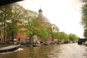 Menaiki canal di Amsterdam sangat banyak mengundang ilham, tapi tak tercerna dalam tulisan pula...ermm...