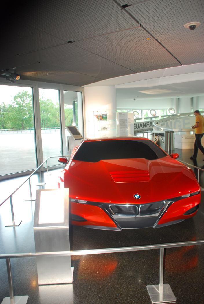 Kereta masa depan BMW. Sempat saya dan family pergi stadium BMW di Munich. Belajar bagaimana orang Barat sangatlah bersungguh-sungguh (itqan) dalam memodenkan kehidupan mereka. Bagaimana dengan kita?
